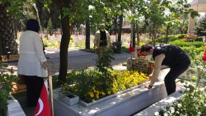 Vefa Sosyal Destek Ekipleri Şehit Annesini Oğlunun Mezarına Götürdü