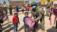 Mehmetçik'ten Barış Pınarı bölgesindeki çocuklara yardım eli