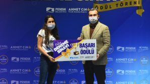 Dereceye girenlere ödüllerini Başkan Ahmet Cin takdim etti